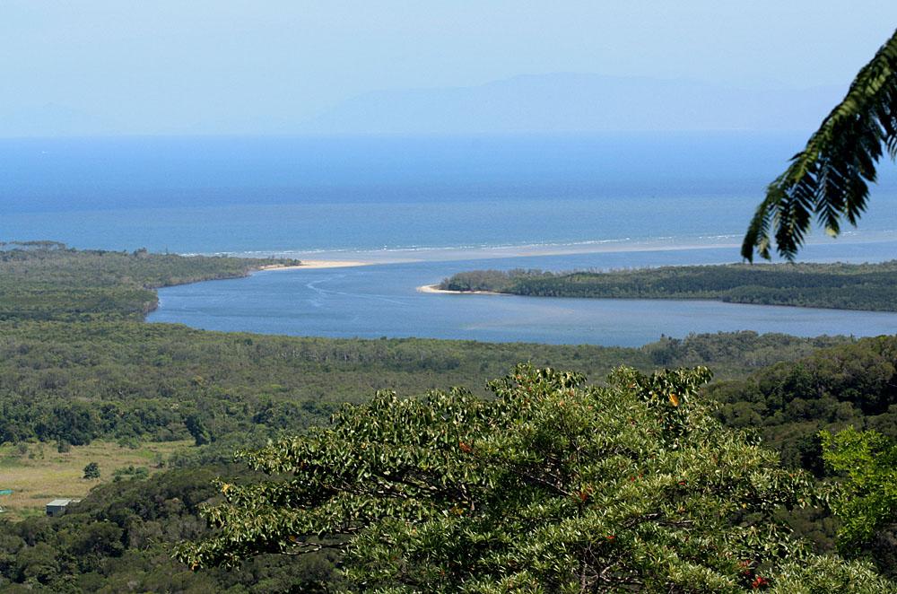Национальный парк Дейнтри расположен вдоль восточного побережья Австралии. По территории парка протекает одноименная река, которая впадает в Коралловое море. Назван идин из самых известных дождевых лесов в честь австралийского геолога Ричарда Дейнтри (Richard Daintree), имя которого непосредственно связано с золотой лихорадкой охватившей зеленый континент в 19-м веке.