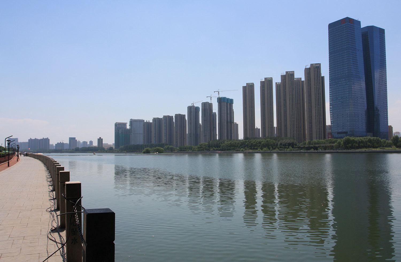 Фэньхэ (Fenhe River) - приток Хуанхэ. В черте города Тайюань, который сравнительно небольшой по китайским меркам (порядка 4 млн. жителей), но все равно впечатляет своими небоскребами.