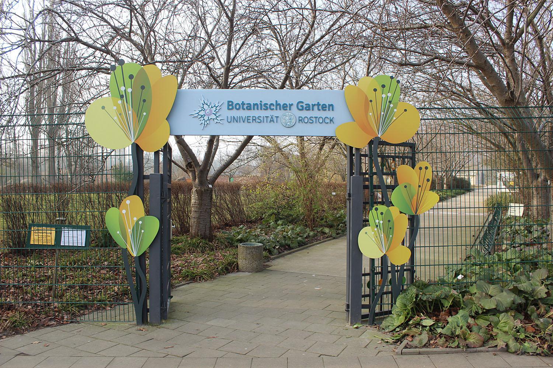 Вход в ботанический сад Университета города Росток. Несмотря на то, что вход на территорию бесплатный, он осуществляется по определенным часам. В частности, каждый понедельник является выходным днем, и попасть в ботанический сад не получится.