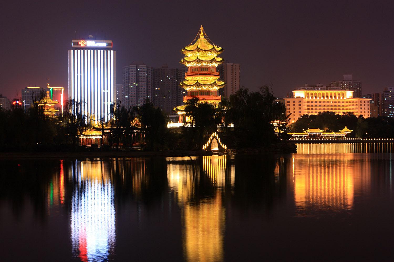 Парк Инцзе (Yingze park) в центре города Тайюань. Трудно поверить, что еще 100 лет назад это живописное мето было окраиной города и скорее напоминало помойку. В настоящее время здесь разбита сеть прудов, среди которых разбиты сады и построены храмы.