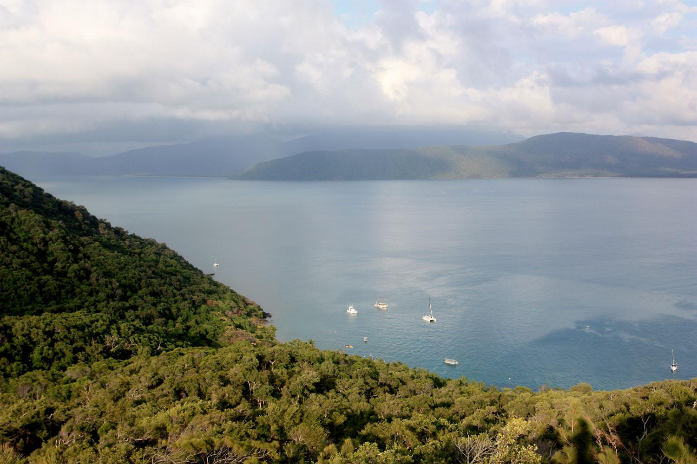 Вид на пролив между островом Фицрой (Fitzroy Island) и австралийским материком со стороны острова. Остров Фицрой оказался настоящей кладовой интересной флоры.
