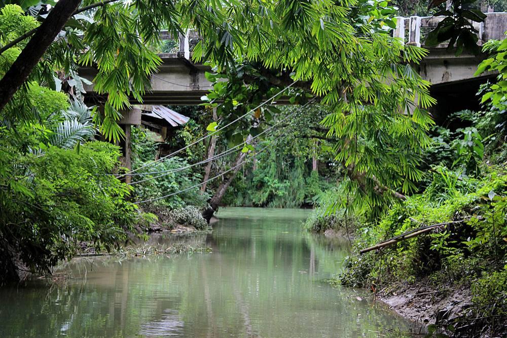 """Небольшой приток реки Лоей (Loay River). Иногда эту реку также называют """"Река Лобок"""" из-за распоженного в непосредственной близости одноименного населенного пункта. На характер воды в реке оказывают значительное влияние океанические приливы."""