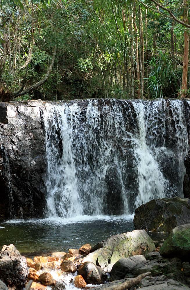 """Waterfall Suối Tranh. Небольшой водопад в тропическом лесу. С вьетнамского выражение """"Suối Tranh"""" дословно переводится как """"картина потока"""". В центре острова Фукуок располагается небольшой горный массив, и с его склонов ежесегундно течет множество ручьев, которые и образуют подобные творения природы."""